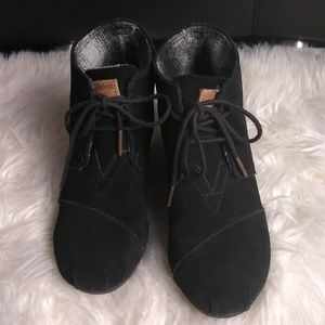 Tom's sz 7 w blacklace up wedge ankle booties